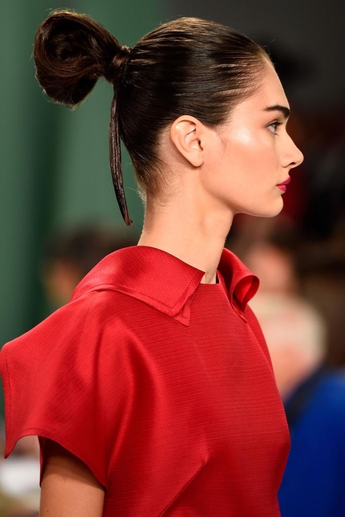 Einfacher Dutt für lange oder mittellange Haare, rotes Top mit Kragen, roter Lippenstift