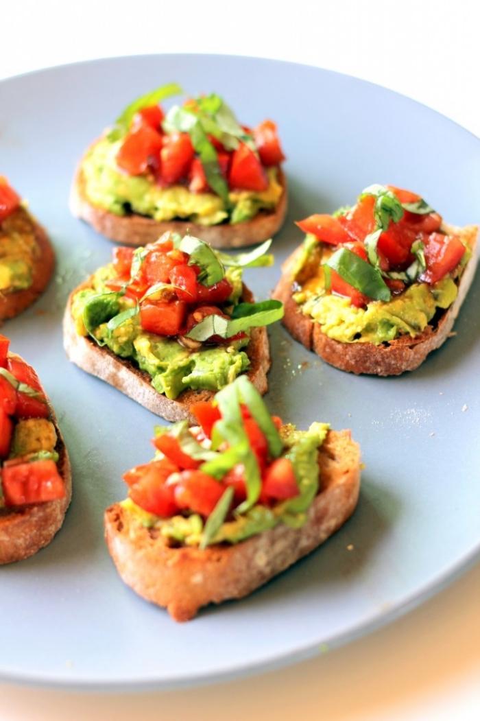 bruschettas mit avocado und tomaten, schnelle partyrezepte, grüner salat, blauer teller