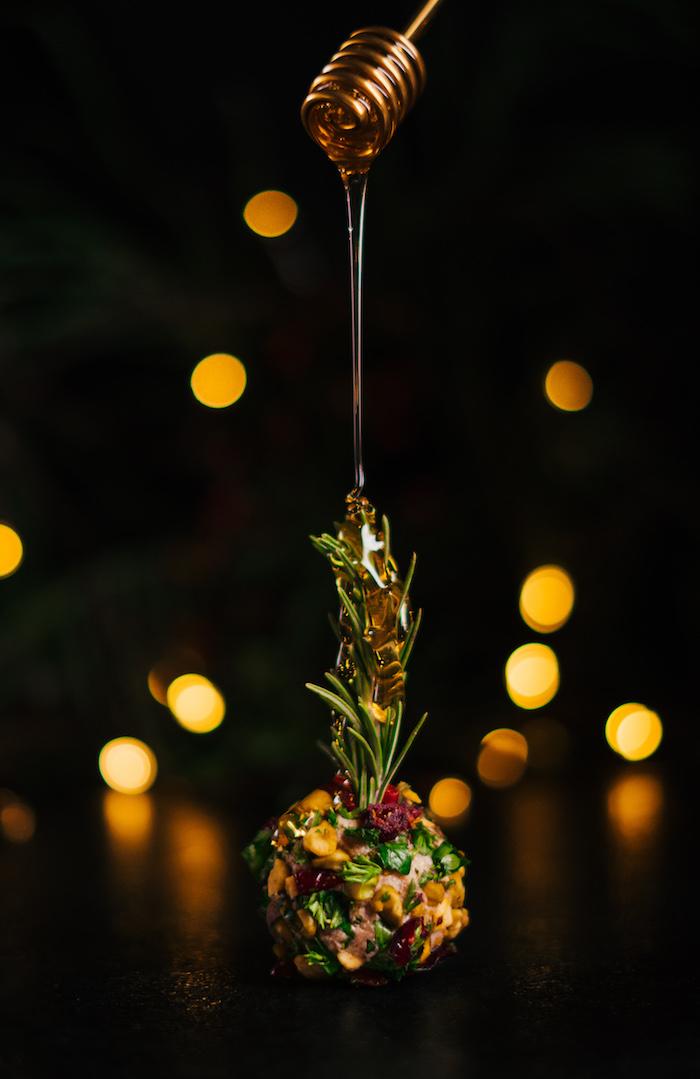 Frischkäse Kugeln mit Honig garnieren, Vorspeise Rezept für Weihnachten
