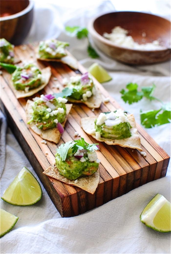 servierplatte aus holz, tortilla mit avocado, limetten und zwiebel, schnelle partysnacks,