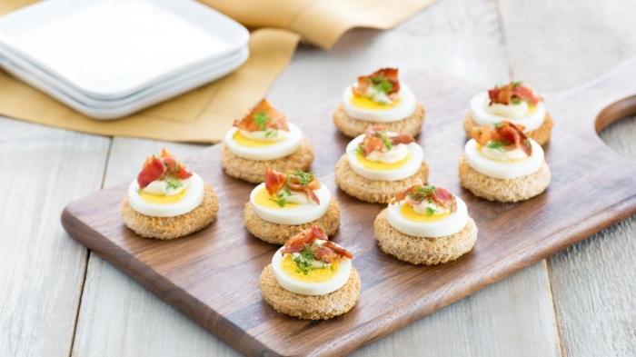 kleine weiße teller, cracker mit eiern, schnelle partysnacks, einfaches partygericht