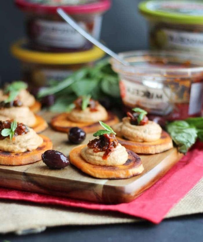 crackers mit soße und oliven, schnelle partysnacks, einfaches partygericht zubereiten