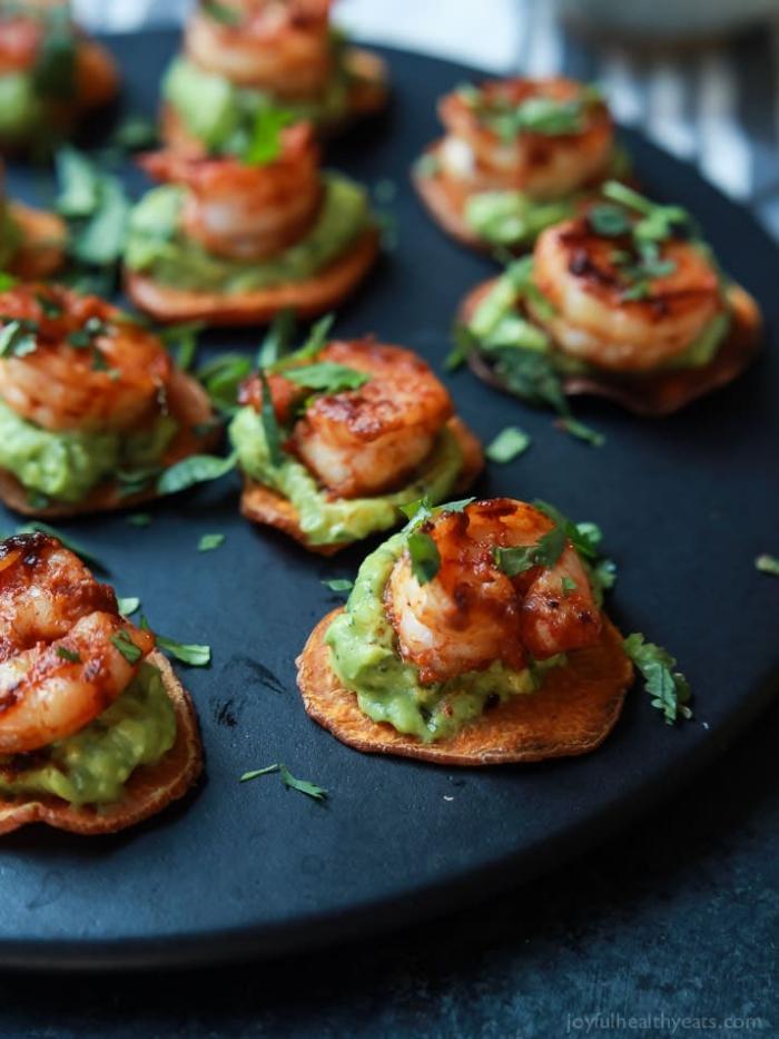 vorspeise rezept, schnelle partysnacks, cracker mit avocadopüree und gebratenen garnelen