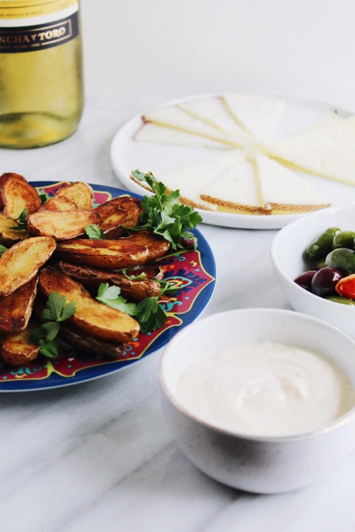 weiße soße, stücke käse, gebratene zucchini, schnelle partysnacks, oliven