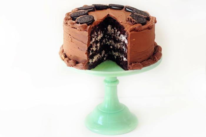 Schokoladenkuchen mit drei Böden, weiße Oreo Milchcreme dazwischen, braune Glasur, Oreos darauf