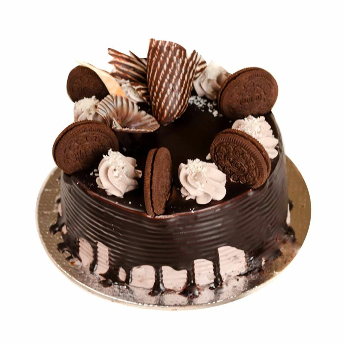 eine Torte mit weißer Creme bedeckt, Schokoladenglasur, kleine Oreo Kekse, Oreo selber machen