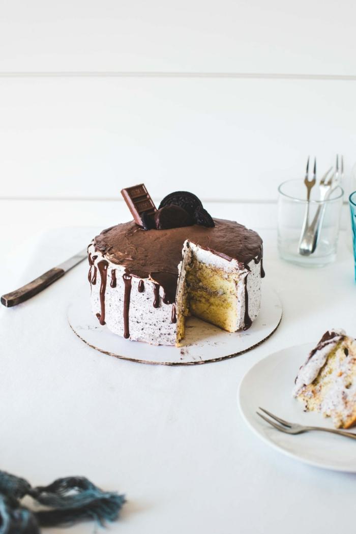 weiße Creme und Schokoladenglasur, Zitronenböden, ein Stück Schokolade als Dekoration, Oreo selber machen