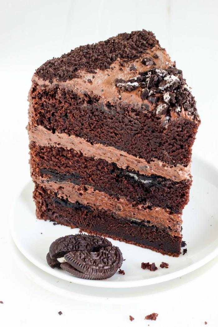 ein Stück Schokoladentorte mit Schokoböden und Schokocreme, Oreo Stückchen darin, Oreo Cake