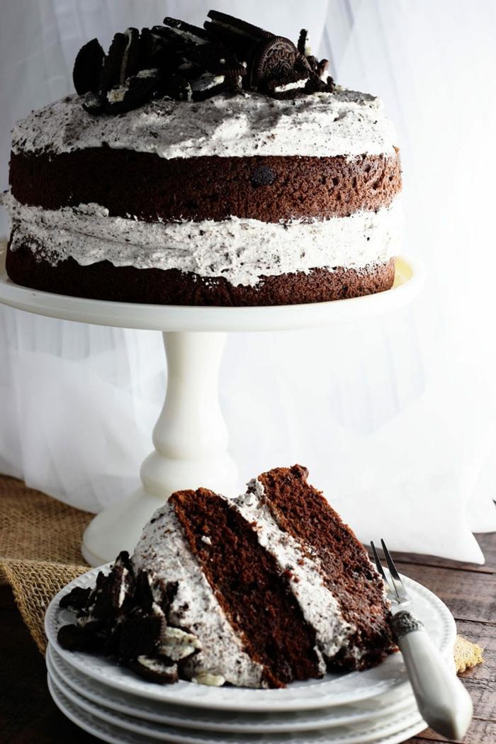 Kuchen mit zwei Schokoladen, weiße Oreo Creme, Oreo Kekse als Dekoration, Oreo selber machen