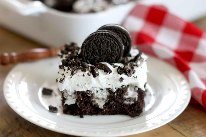 ein Stück Kuchen, zwei Oreo Kekse, Oreo Krümmel, Milchcreme und Schokoladenboden, Oreo Rezepte