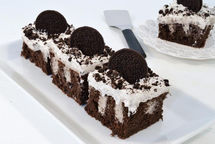 drei Stück Torte, Schokoladenboden und weiße Milchcreme, Oreo Kekse als Deko, Oreo Cake