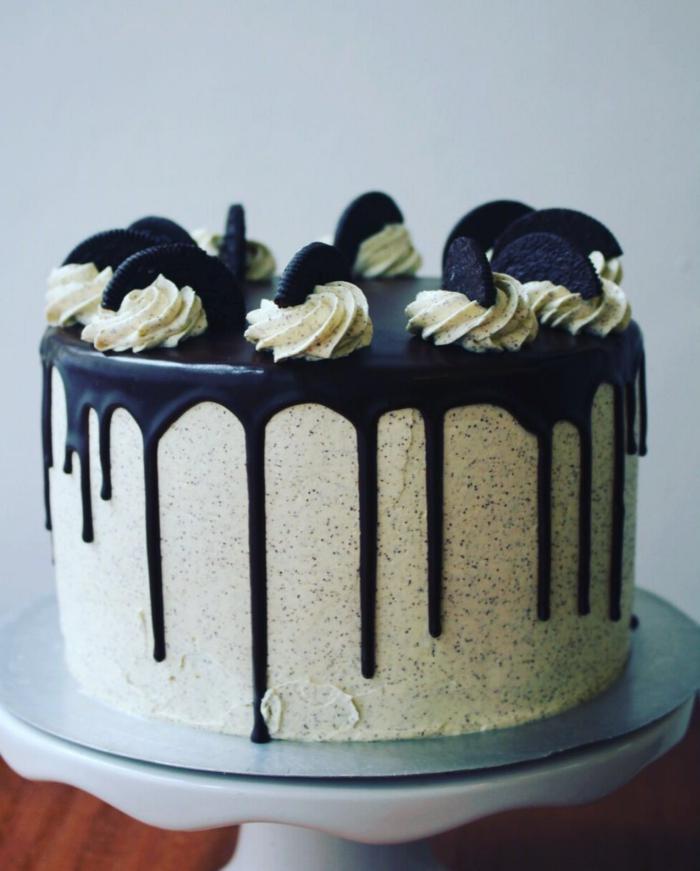 grüne Torte, Schokoladenglasur, kleine Blüten, halbierte Oreos, Oreo Cake mit Minzgeschmack