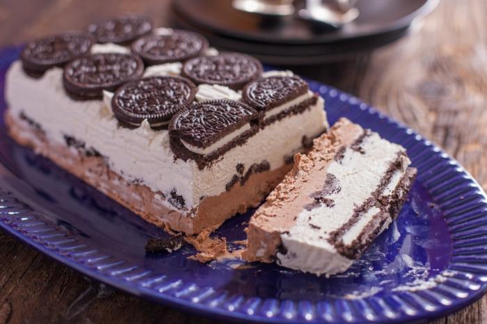 Schokoladenkuchen, weiße Creme und Schokoladencreme, No bake Oreo Cake mit ganzen Oreos darauf