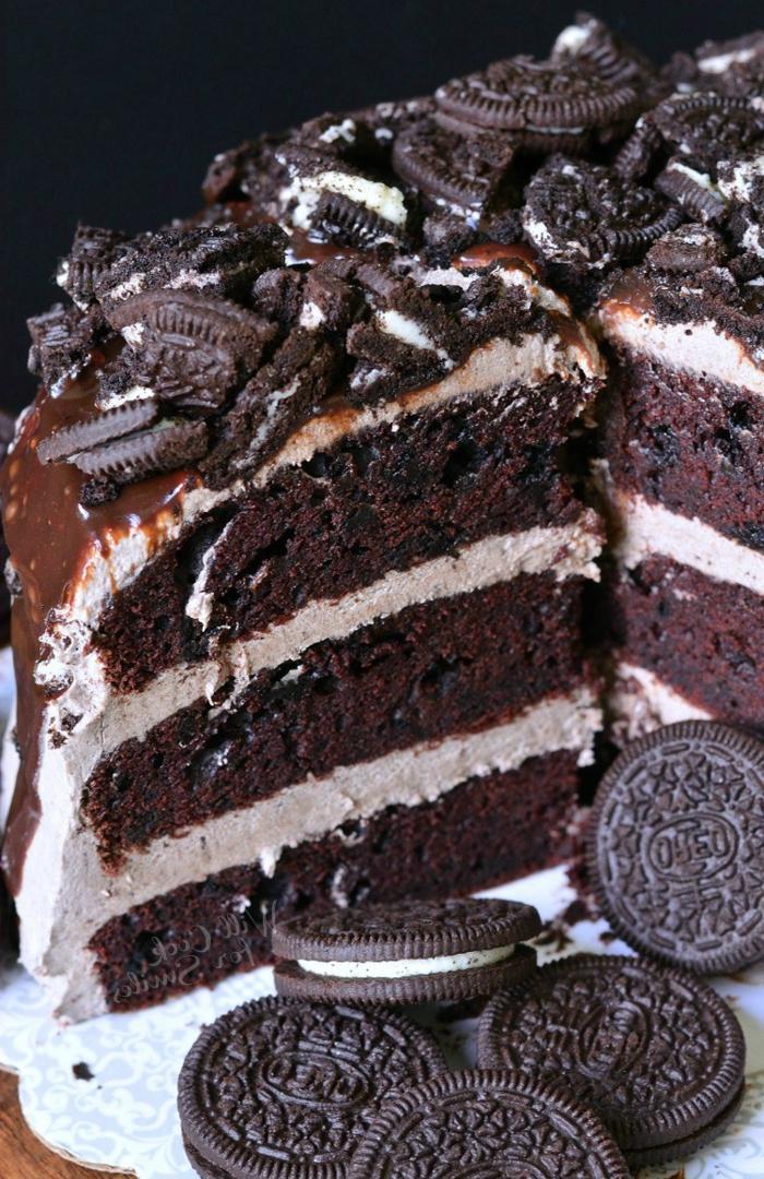 drei Schokoladenböden, braune Creme mit Oreo Keksen dazwischen, Schokoladenglasur, Oreo Kuchen Rezept