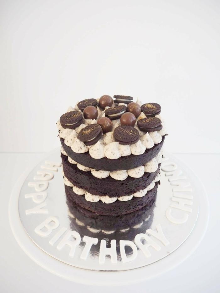 drei Schokoladenböden, weiße Cremeküsschen, runde Schokoladenkugel und Oreo Kekse, Oreo Cake