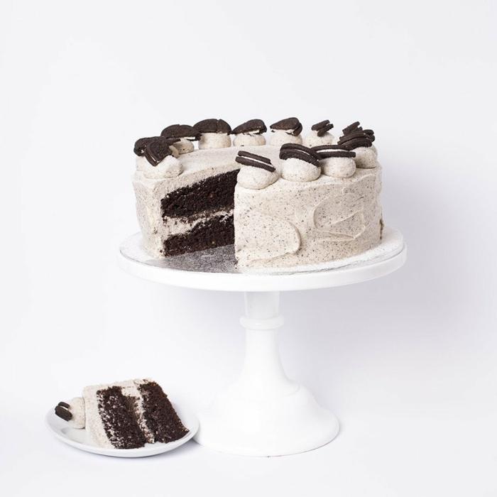 Schokoladenkuchen, Oreo Creme aus Milch und Oreo Keksen, Oreo Cake, Oreo Kekse als Dekoration