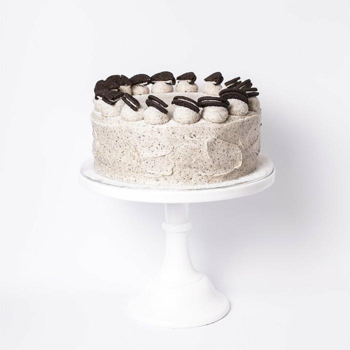eine schöne Torte mit Oreo Creme bedeckt, kleine Oreo Kekse über Cremekugeln, Oreo Cake