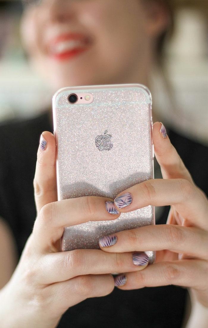 silberfarbene personalisierte Handyhülle mit Nagellack bedeckt, glänzende Handyhülle zur Party