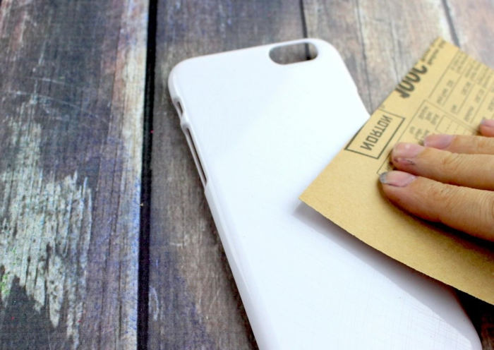 Handyhüllen selbst gestalten, bereiten Sie die Oberfläche von der Handyhülle zum Bekleben vor