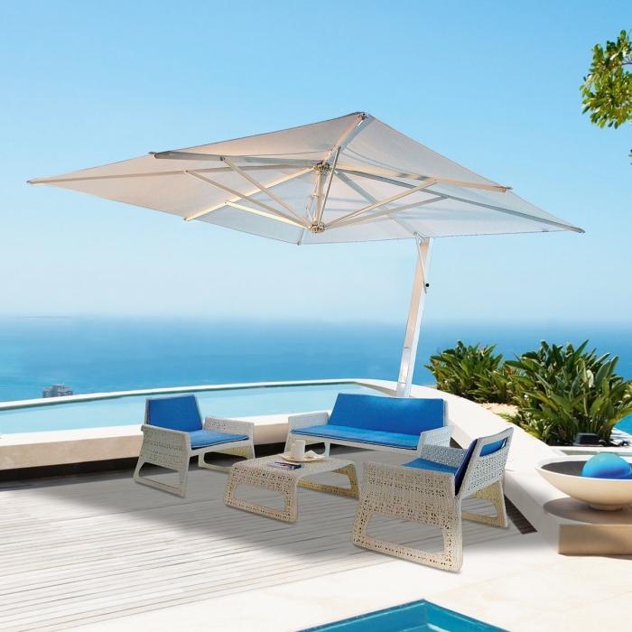 sonnenschutz für den balkon, großer weißer ampelschirm, geflochtene sitzmöbel in weiß mit blauen sitzkissen