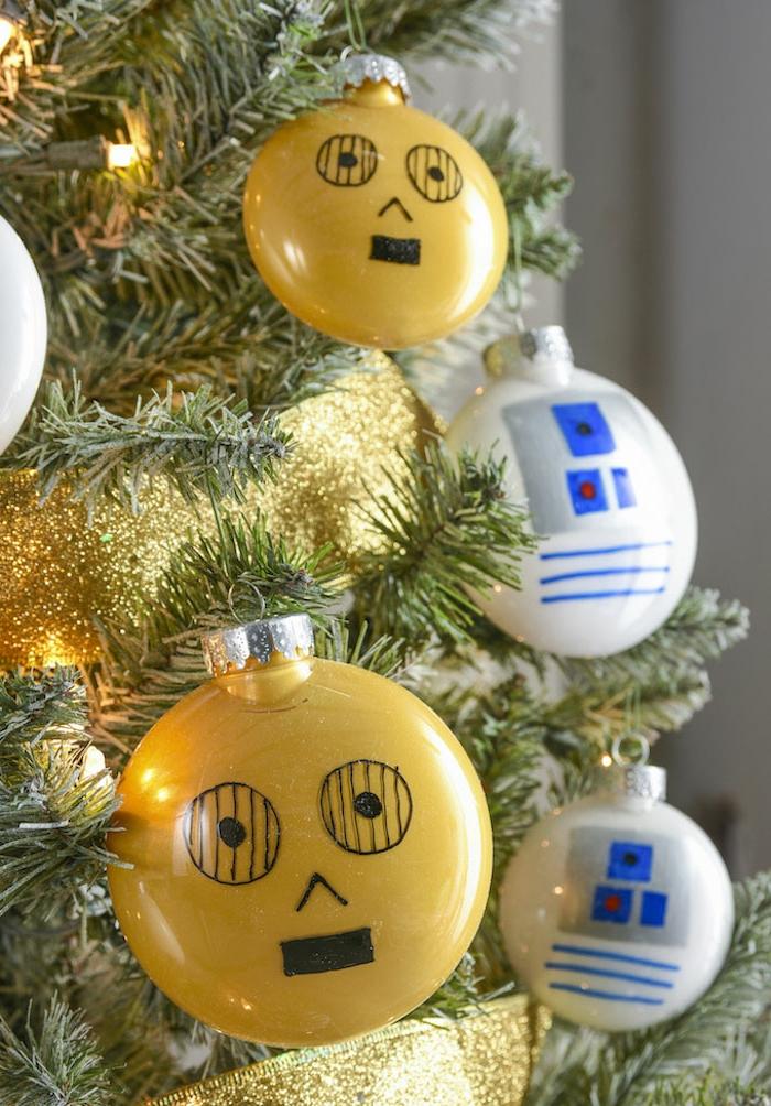 gelbe Kugeln, weiße Kugeln, Lichterkette, goldene Girlande, Weihnachtskugeln bemalen wie Helden aus Star Wars