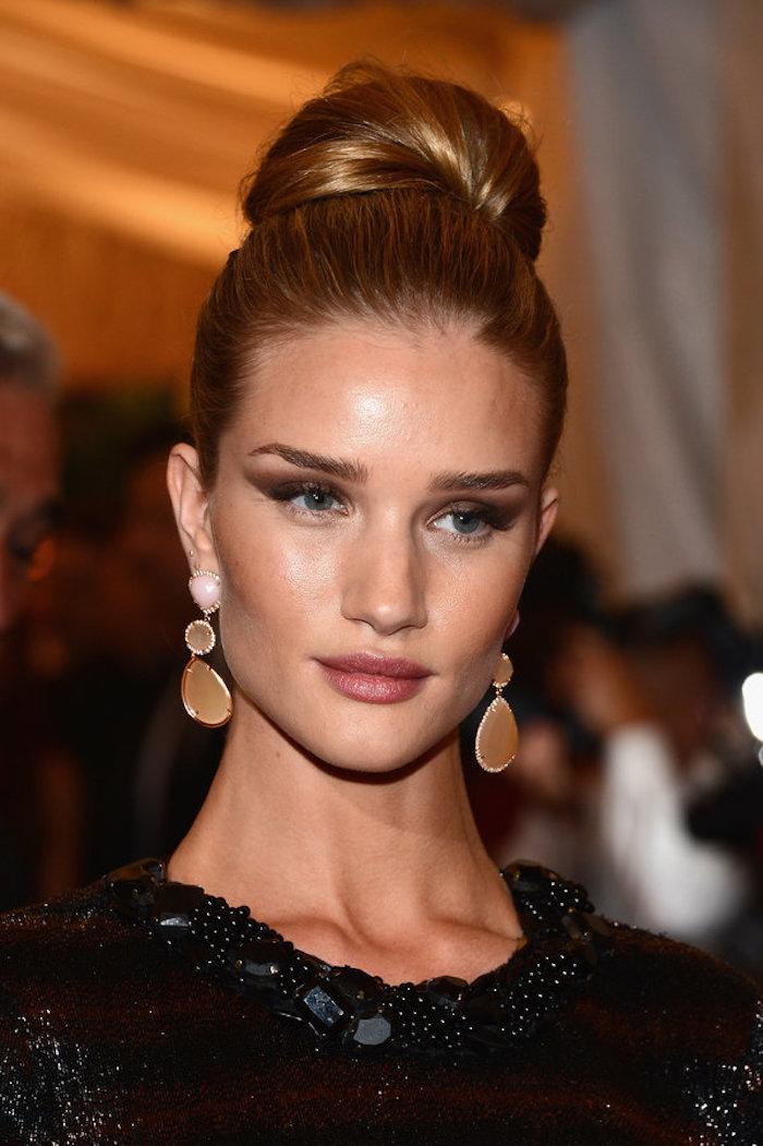 Elegante Dutt Frisur zum Nachstylen, goldblonde Haare und blaue Augen , Smokey Eyes und matter Lippenstift