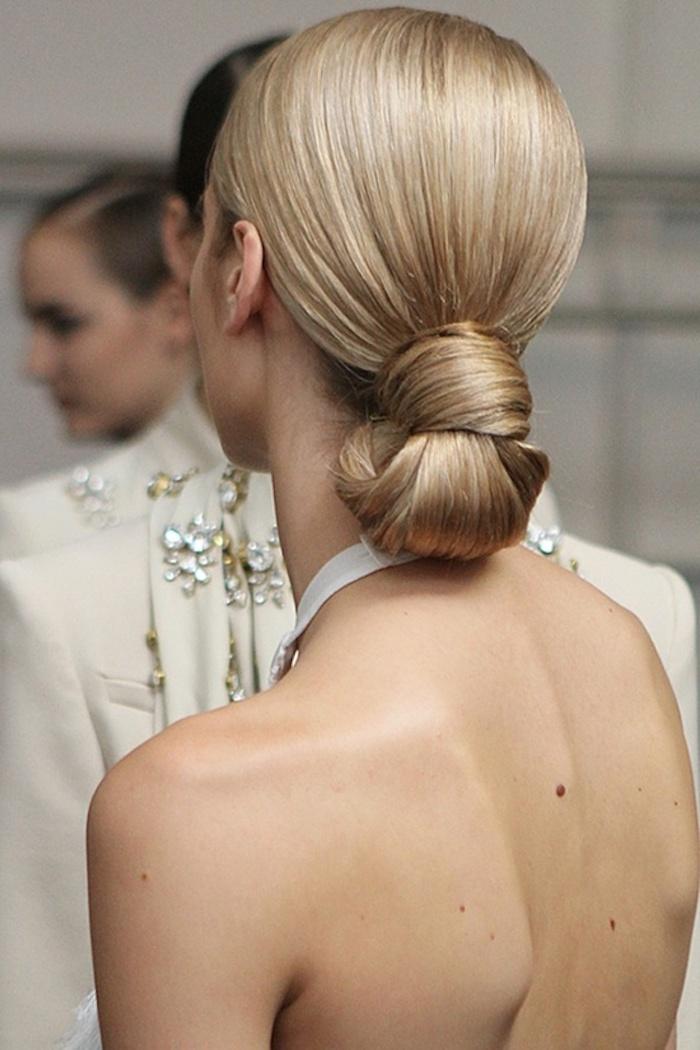 Leichte und schnelle Frisur für besondere Anlässe, blonde glatte Haare, rückenfreies Kleid