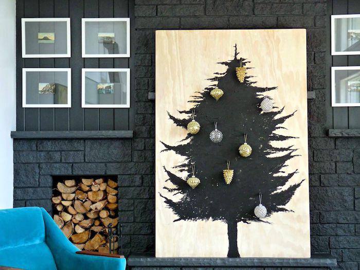 Weihnachtsbaum an Holzbrett malen, Christbaumkugeln kleben, passend zu einer minimalistischen Einrichtung