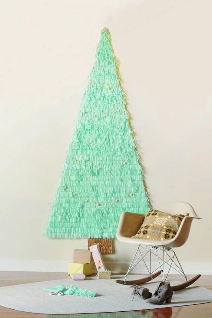 Alternative zum klassischen Weihnachtsbaum, Tannenbaum aus Papier an der Wand