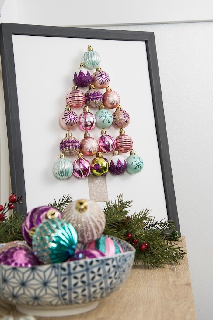 Tannenbaum aus bunten Weihnachtskugeln in Rahmen, Weihnachtskugeln in Schüssel und Tannenzweige