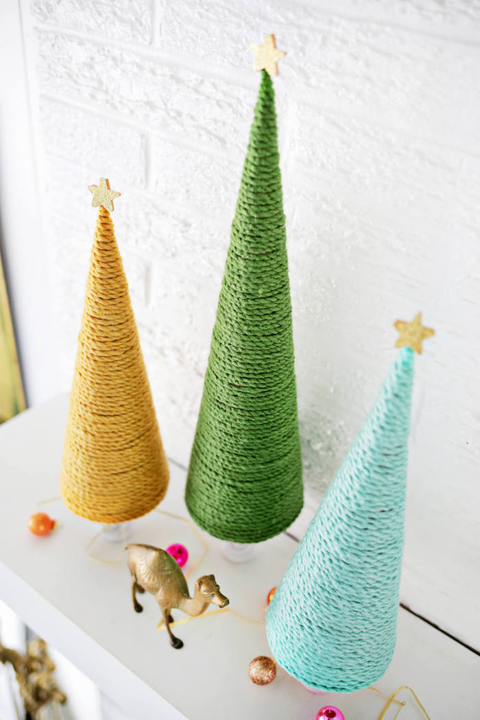 Drei kleine Weihnachtsbäume in Gelb, Grün und Blau, einfache DIY Ideen für Weihnachtsdeko