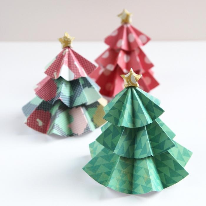 Drei kleine Weihnachtsbäume aus Papier, Ideen für Weihnachtsbasteln mit Kindern
