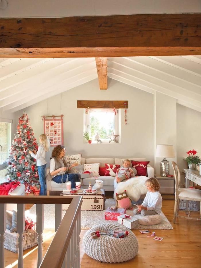 Wohnzimmer im Landhausstil, natürliche Materialien und helle Farben, Kinder schmücken den Weihnachtsbaum