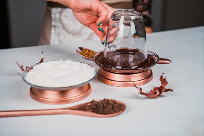 Den Tassenrand in geschmolzene Schokolade dippen