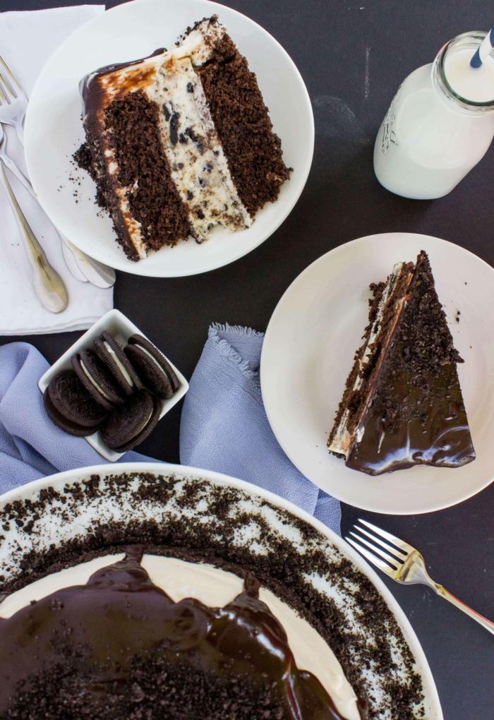 ein Scholadenkuchen, der mit Milch zu genießen ist, voller Oreo Kekse und Krümmel, Oreo Cake