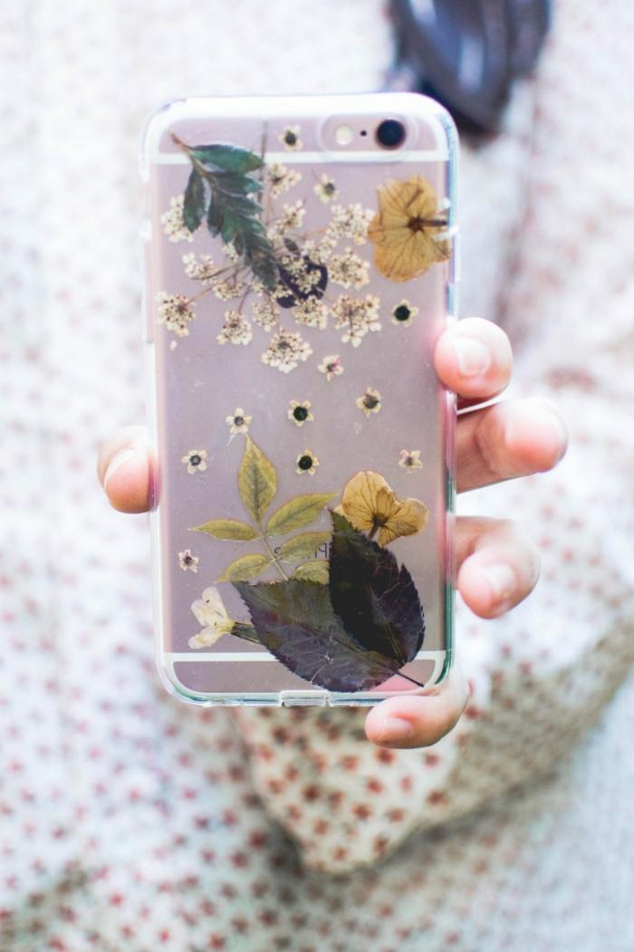 lila Handyhülle mit trokenen Blumen verschönert, Handyhülle selber gestalten, durchsichtige Handyhülle