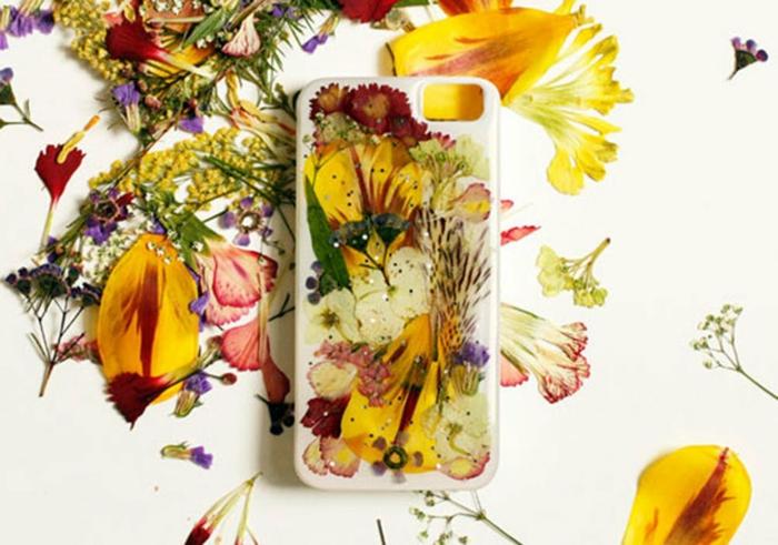 Handyhülle aus trockenen Blumen, Handyhülle selber gestalten mit rotem und gelben Blumen