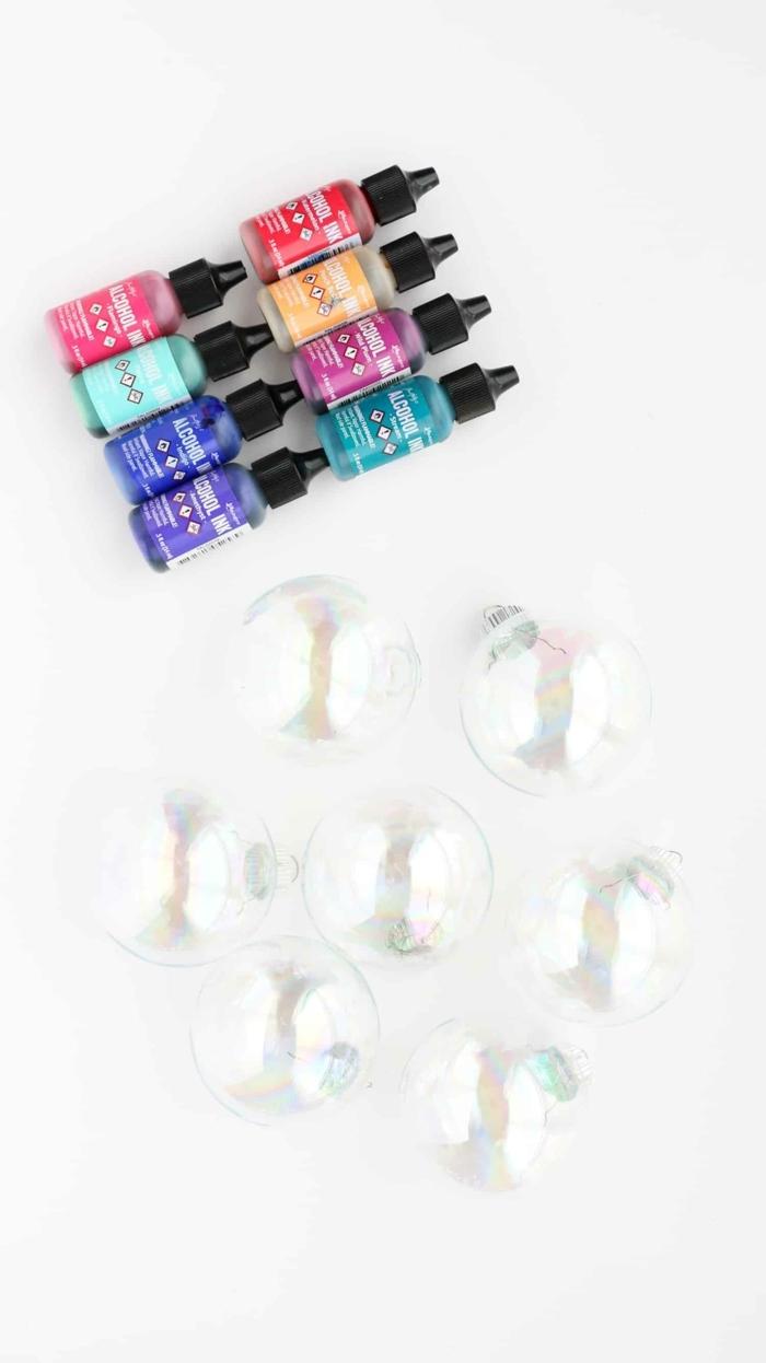 Farbstoffe in den Farben von Regenbogen, durchsichtige Kugeln, Weihnachtskugeln gestalten