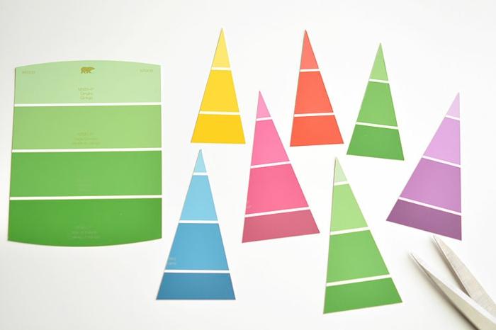 viele kleine Tannenbäume in verschiedenen Farben aus Farbproben, Grußkarten Weihnachten