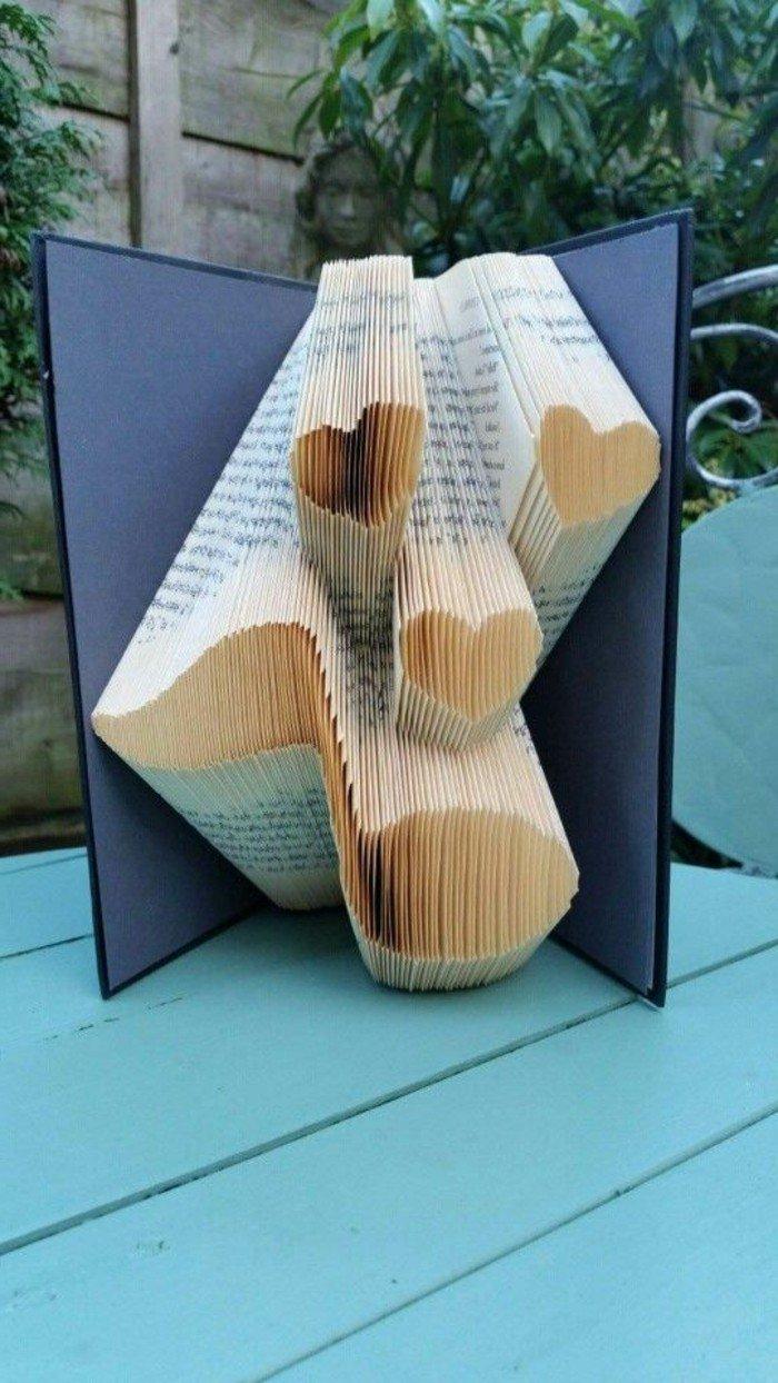 eine Note und drei kleine Herze, Liebe zur Musik, gefaltete Bücher, die als Geschenk dienen