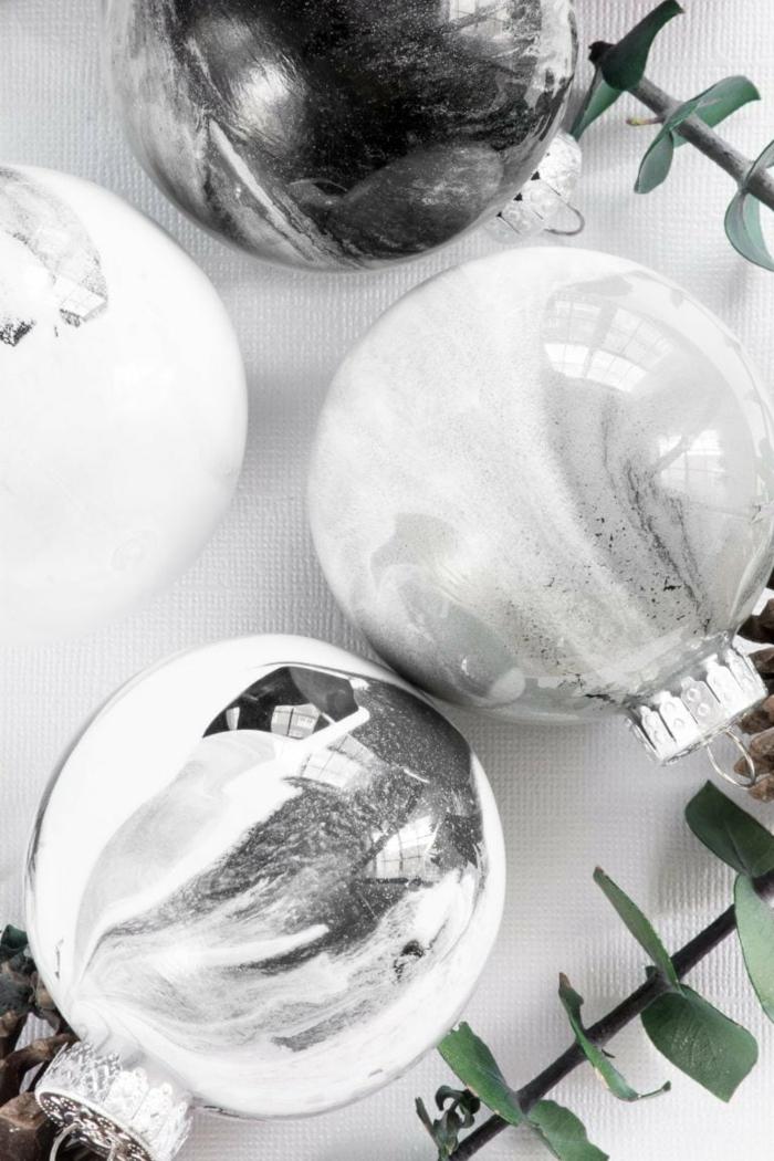 magische Farben von Christbaumkugeln, eine Mischung aus Grau, Silber und Weiß