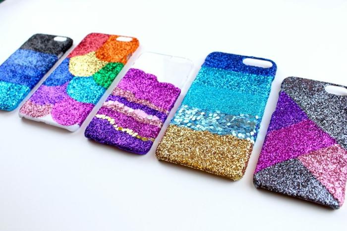 Handyhüllen selbst gestalten, die Endprodukte der Anleitung, bunte Handyhüllen mit Glitter
