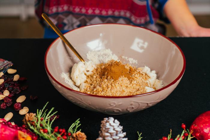 Weihnachtliches Rezept für Vorspeise, Gehackte Walnüsse, Zimt und Honig dazugeben