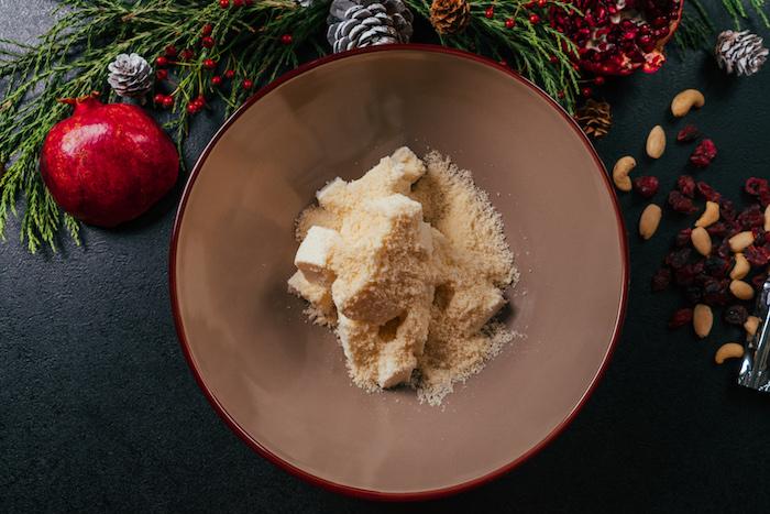 Weihnachtliche Vorspeise, Frischkäse und Parmesan in einer Schüssel vermischen