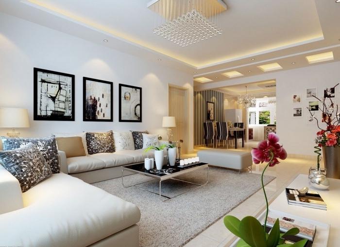wanddeko wohnzimmer, drei bilder, rosa orchidee, einrichtung in weiß, pendellecuthe mit kristallen