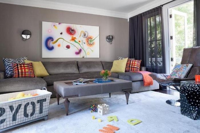 wanddeko wohnzimmer, großes graues sofa, bild mit bunten pusteblumen, kidernspielzeuge