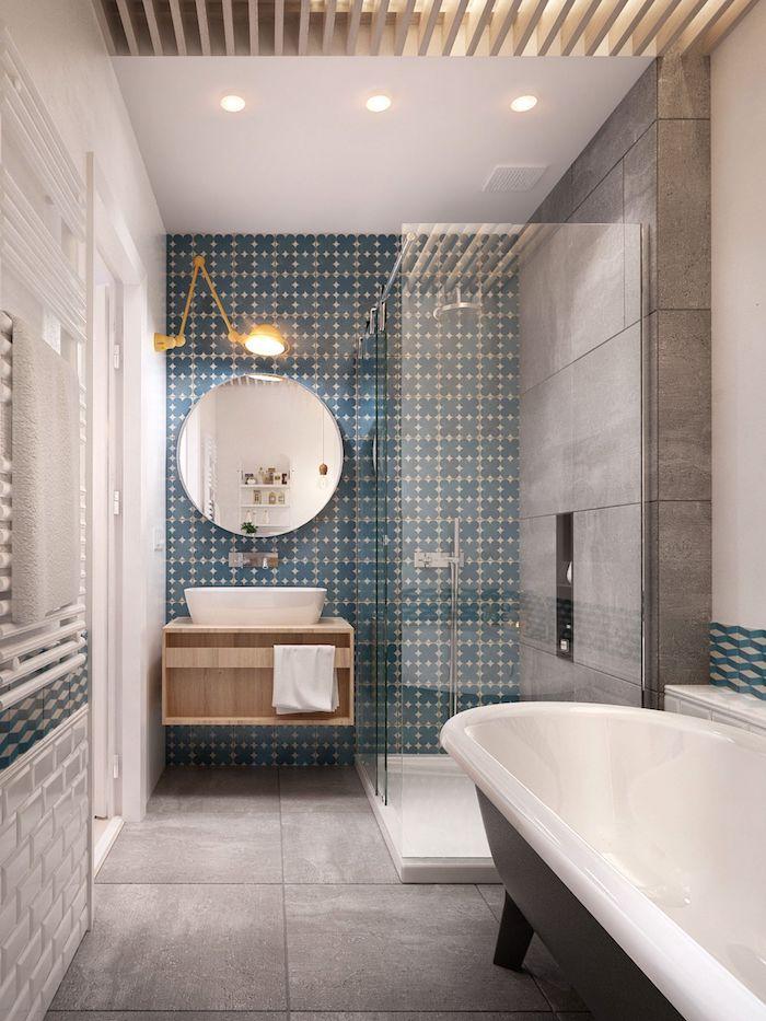 badezimmer mt freistehenden weißen badewanne und grauen boden und blauen wänden aus badezimmer fliesen