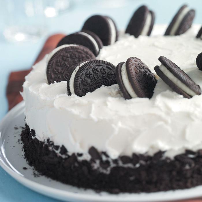 weiße Creme und Schokoladenböden, kleine Oreo Keksen in der weißen Creme getaucht, No Bake Oreo Cake