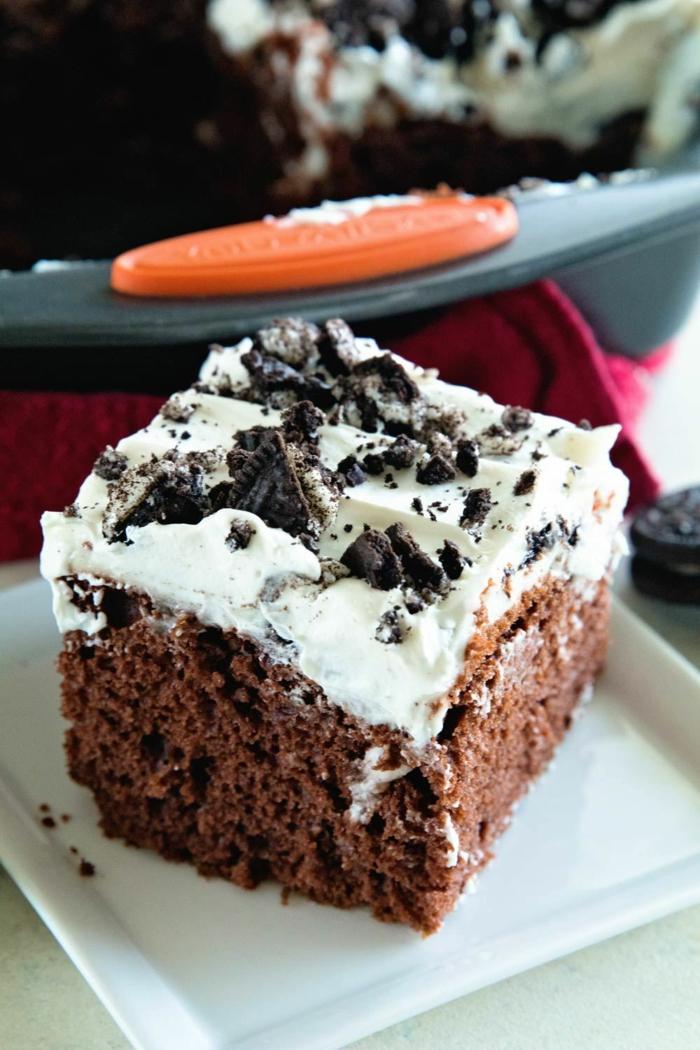 Schokokuchen mit weißer Creme und Schokoladenkrümmeln, Oreo Cake, in quadraten Teller