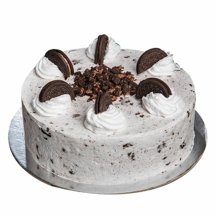 Oreo Creme, weiße Sahne, halbierte Kekse als Verzierung, kleine Krümmel in der Mitte, Oreo Cake